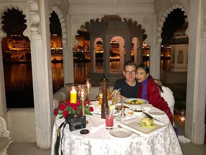 Đoan Trang và ông xã ăn tối lãng mạn trên hồ ở Ấn Độ.