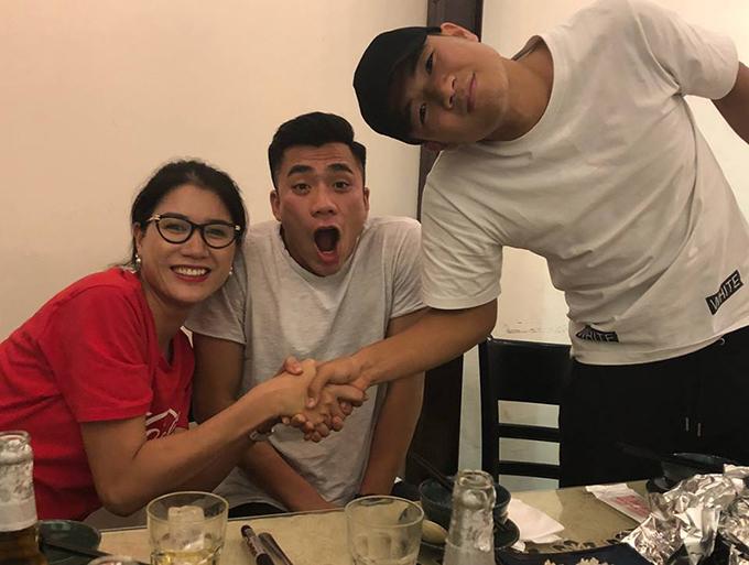 Trang Trần tiếp tục khoe ảnh với các cầu thủ U23 Việt Nam. Hôm nay tới lượt Tiến Dụng và Đức Chinh ghé thăm quán bún của cô.