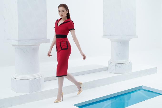Váy ôm khít eo phối hợp tông màu đỏ đen cũng được ra mắt đểchiều lòng phái đẹp mê chưng diện trước cơn sốt tông đỏ dịp đầu xuân.