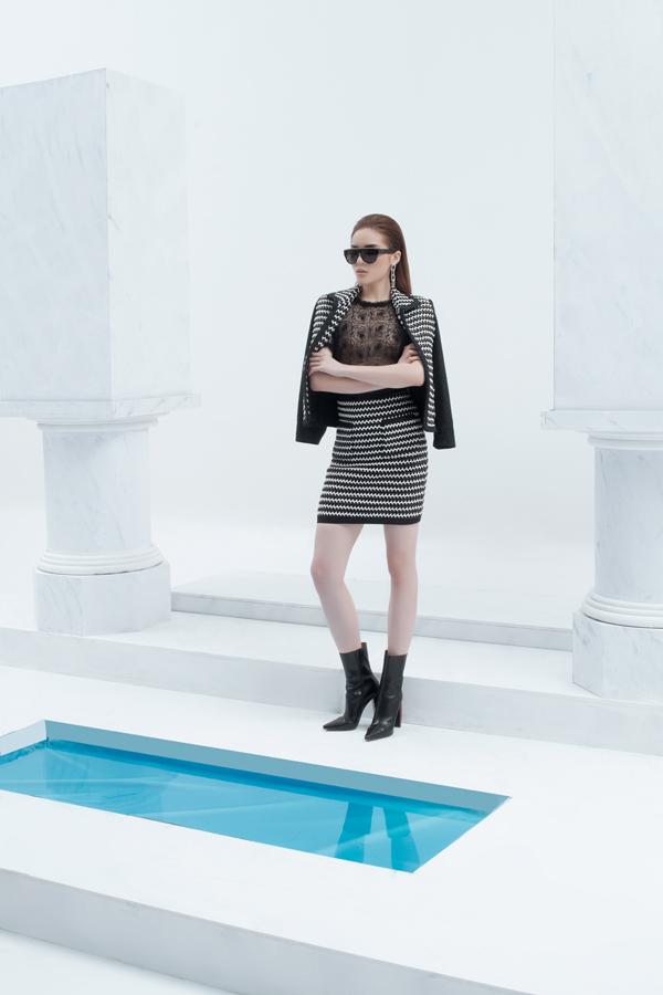 Tông trắng đen được kết hợp hài hòa và không ngừng biến hóa với nhiều kiểu dáng trang phục hợp xu hướng thời trang 2018.