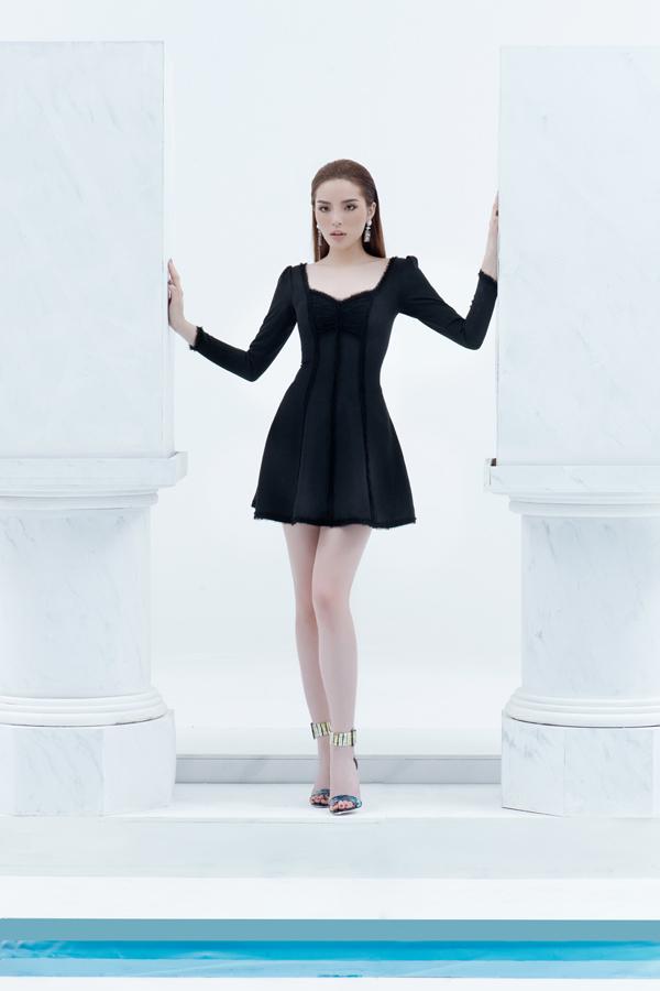 Sắc đen tránh được sự nhàm chán và cảm giác già nua nhờ cách thể hiện cuốn hút trên những dáng váy ngắn sexy.