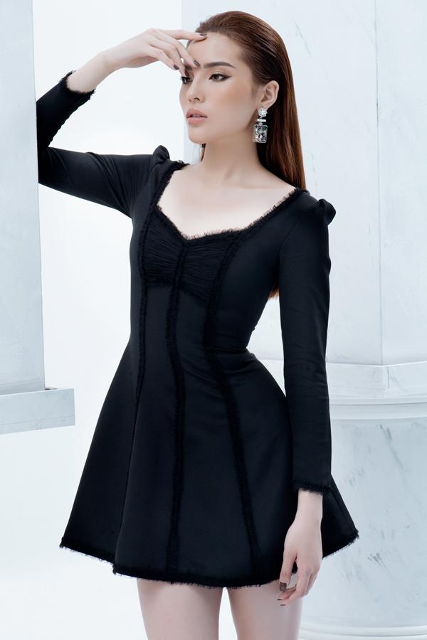 Những tiểu tiết nhỏ như tạo khối cầu vai, tạo điểm nhấn cho ngực áo, kết hợp chất liệu để xây dựng họa tiết kẻ sọc nổi đã tạo nên nét độc đáo cho thiết kế váy liền thân.