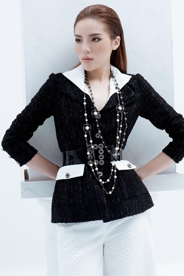 Kiểu dáng trang phục hiện đại đi theo khuynh hướng của mùa mốt mới được xây dựng chủ yếu trên chất liệu vải tweed cao cấp phối cùng lụa.
