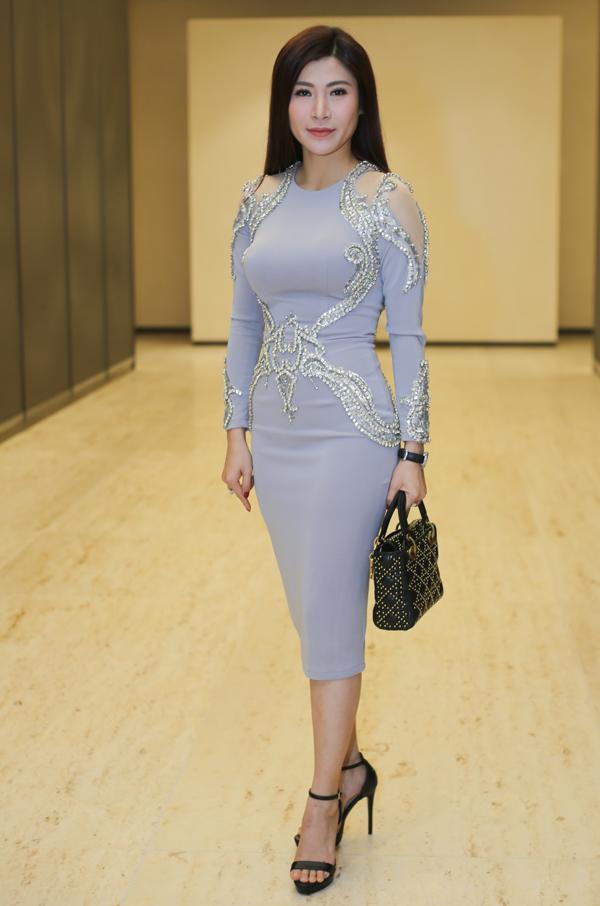 Hoa hậu doanh nhân hoàn vũ 2017 Lâm Hải Vi khoe đường cong trong bộ váy bó sát.