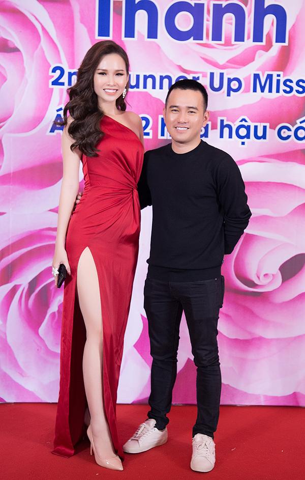 Nhà thiết kế Lê Thanh Hòa là tác giả bộ váy lệch vai, giúp Thanh Trang tôn vẻ quyến rũ trong đêm tiệc.