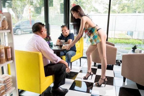 Khách hàng nam bị thu hút bởi cô nhân viên phục vụ hở hang. Ảnh: Viral Press