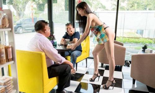 Quán cà phê bị phạt vì thuê người mẫu mặc độc tạp dề phục vụ khách