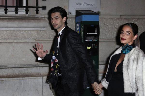 Tiền vệ Javier Pastore và cô vợ mang bầu tươi cười nắm tay nhau đi dự tiệc.