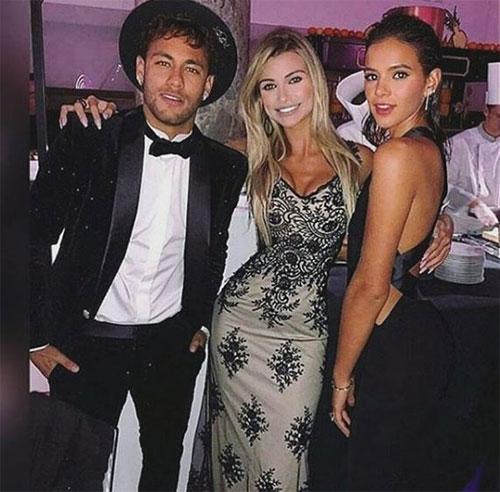 Bruna Marquezine (ngoài cùng bên phải), bạn gái của Neymar cũng góp mặt. Giới truyền thông Anh cho biết, Neymar mời 200 khách tới sinh nhật, trong đó chi tiền đưa 50 khách từ Brazil sang Pháp, bao trọn ăn ở. Nhà vô địch F1, Lewis Hamilton, và Thủ tướng Brazil cũng góp mặt.