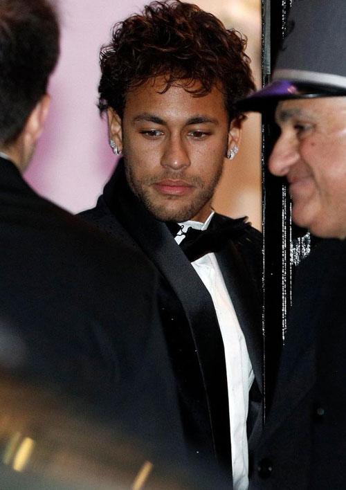 Neymar đón sinh nhật lần thứ 26 hôm 5/2, trùng ngày sinh nhật tuổi 33 của C. Ronaldo. Buổi tối trước ngày sinh nhật, chân sút PSG tổ chức bữa tiệc tưng bừng đón tuổi mới tạiPavillon Cambon, hộp đêm cao cấp ở trung tâm Paris.