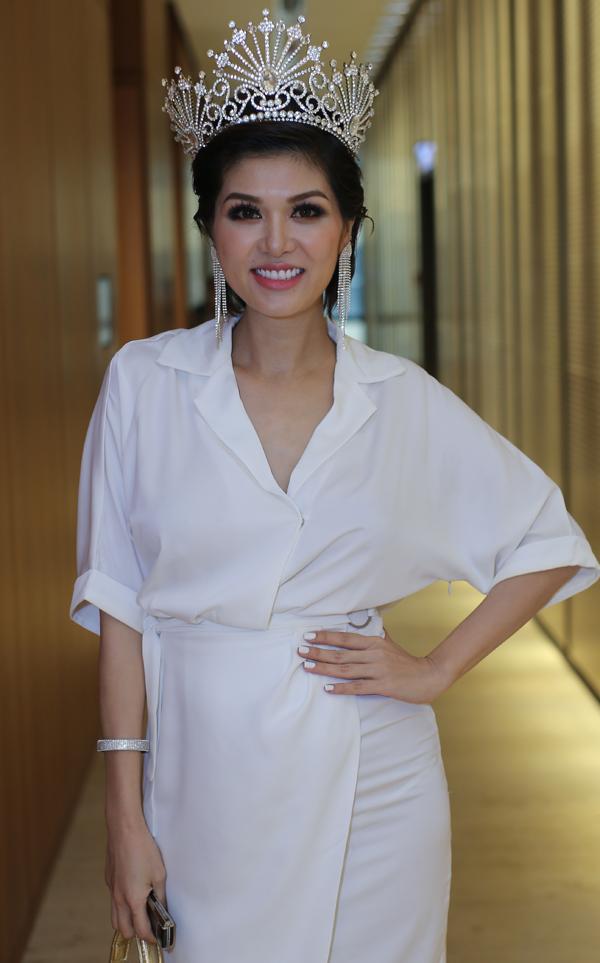 Gái ba con Oanh Yến gây chú ý khi đội vương miện đi sự kiện. Cô từng đoạt danh hiệu Hoa hậu thế giới toàn cầu 2015 tổ chức ở Philippines.