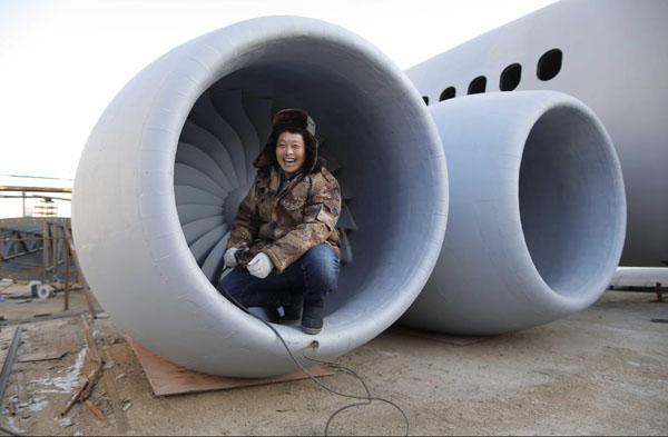 Anh Zhu tươi cười bên một phần mô hình Airbus A320. Ảnh: Rex