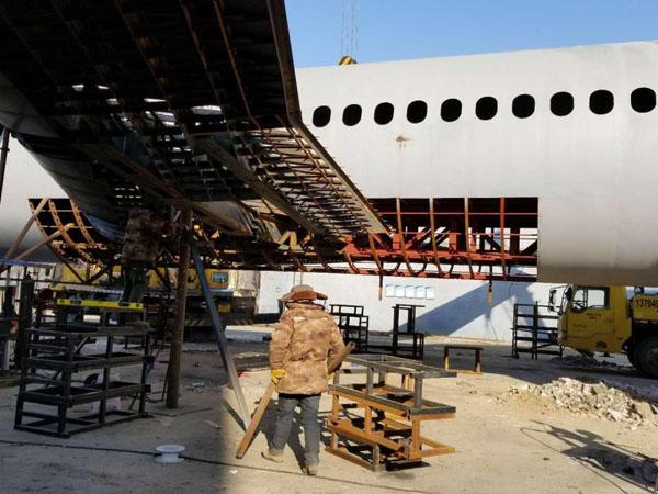 Zhu đã dùng 40 tấn sắt thép để làm nên chiếc máy bay mô phỏng này. Ảnh: Rex
