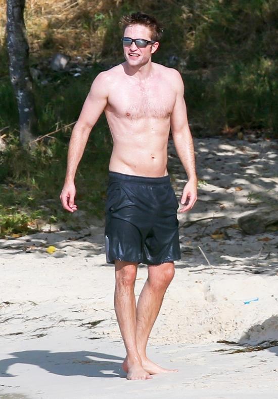 Thời gian này, Robert Pattinson hoàn toàn tự do bay nhảy vì anh đã trở lại thời độc thân. Tài tử chia tay cô bạn gái - ca sĩ FKA Twigs vào cuối năm ngoái sau hơn 3 năm bên nhau.
