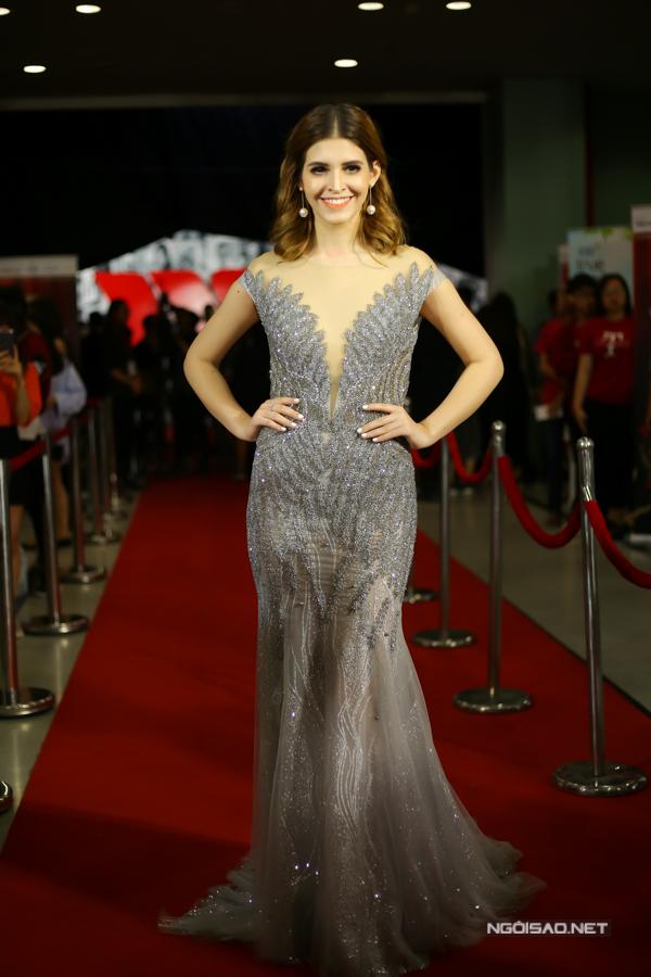 Váy dạ hội thiết kế trên phom dáng đuôi cá luôn là trang phục giúp người mặc tôn đường cong đồng hồ cá, đáng tiếc mẫu váy ánh kim lại khiến Andrea Aybar để lộ vòng eo bánh mì.