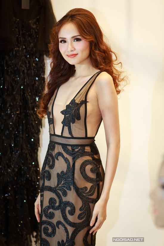 Xuất hiện tại một sự kiện được tổ chức tại Hà Nội trong tiết trời giá lạnh ở mức 10 độ C nhưng Diễm Hương không ngại diện váy xuyên thấu khoe da thịt.