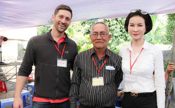 MC Thanh Mai trao 700 suất quà Tết cho dân nghèo ở Đồng Nai - 1