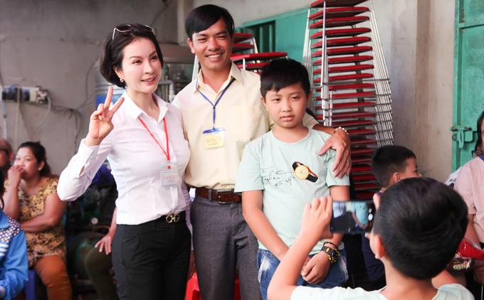 MC Thanh Mai trao 700 suất quà Tết cho dân nghèo ở Đồng Nai - 2