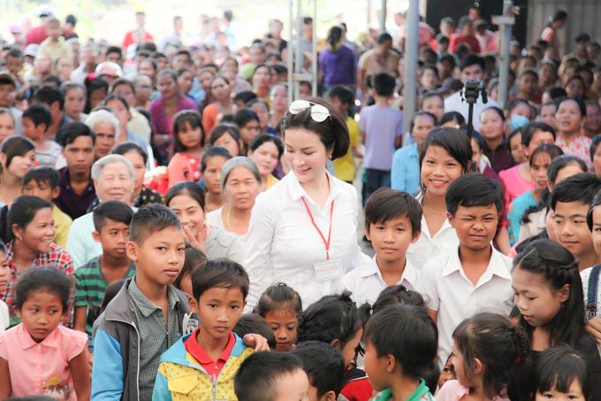 MC Thanh Mai trao 700 suất quà Tết cho dân nghèo ở Đồng Nai - 3