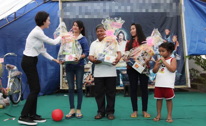 MC Thanh Mai trao 700 suất quà Tết cho dân nghèo ở Đồng Nai - 4