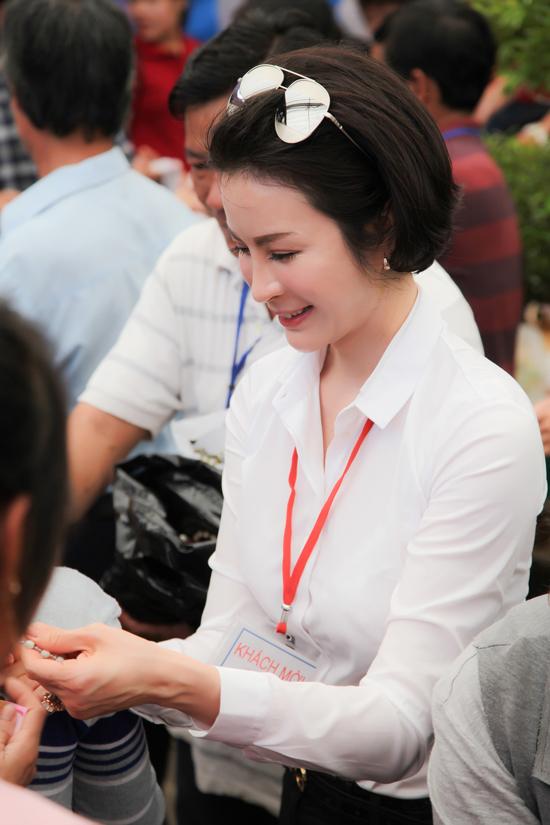 MC Thanh Mai trao 700 suất quà Tết cho dân nghèo ở Đồng Nai - 7