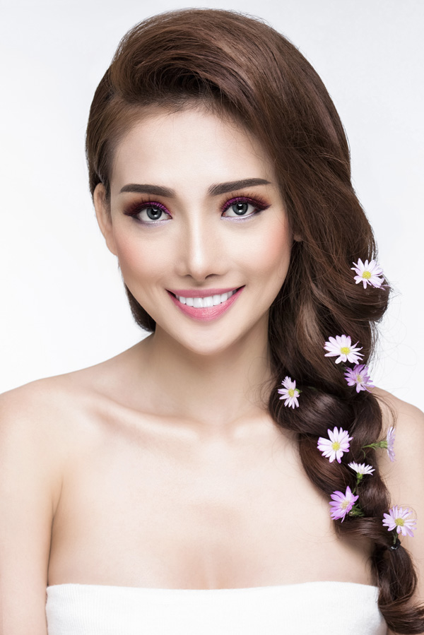 Màu tím hoa cà giúp làn da thêm trắng trẻo, nổi bật.