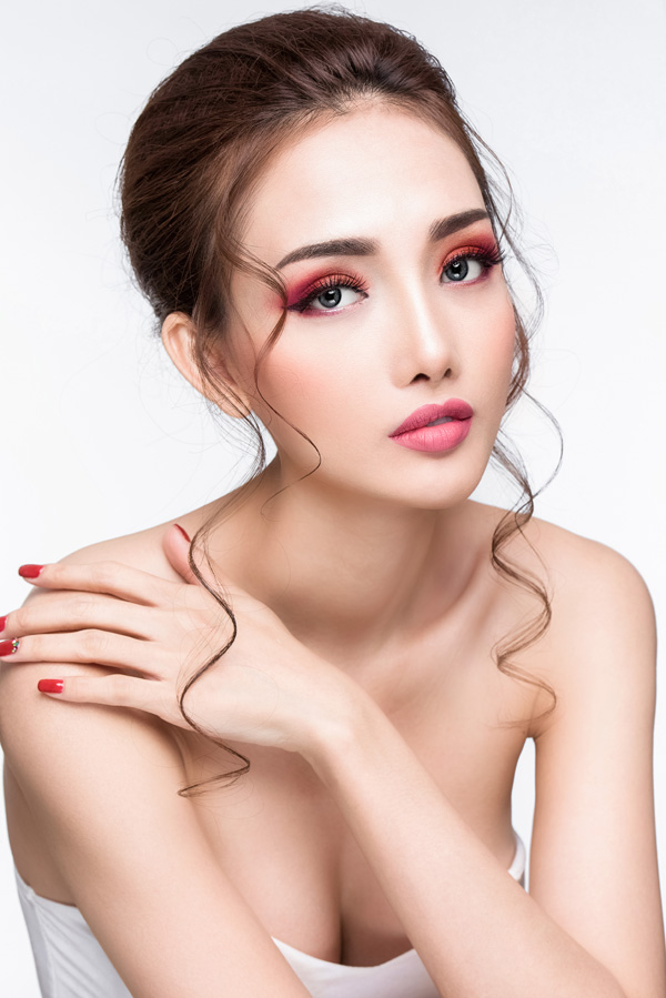 Bộ ảnh được thực hiện với sự hỗ trợ của Makeup: Hùng Việt, Hair: Jolie Châu, Photo: Fynz.