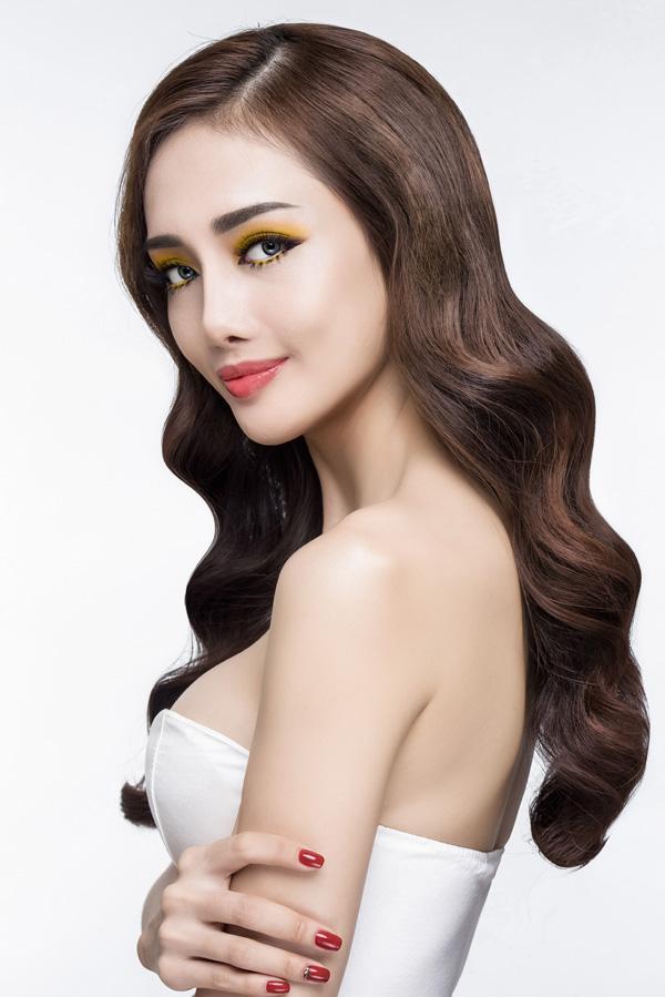 Kiểu trang điểm đầu tiên sử dụng phấn mắt vàng, tạo cảm giác đôi mắt màu nắng quyến rũ.