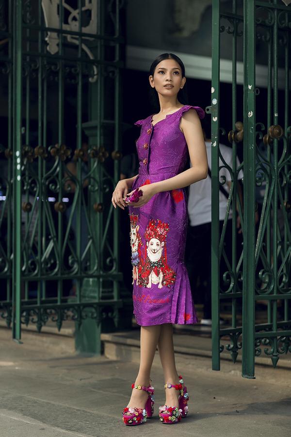 Gam tím lãng mạn nằm trong xu hướng màu sắc 2018 được thể hiện trên cácphom dáng khác nhau nhưváy bút chì, váy suông.