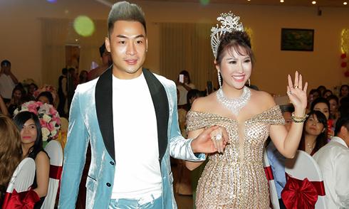 Gặp sóng gió cả năm 2017 nhưng Phi Thanh Vân vẫn mở tiệc đãi bạn bè, đối tác
