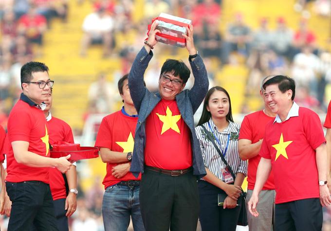Ông Dương Vũ Lâm (áo khoác xám) đại diện đoàn tuyển thủ U23 lên nhận phần thưởng tại buổi giao lưu hôm 4/2 trên sân Thống Nhất, TP HCM. Ảnh: Đông Huyền.
