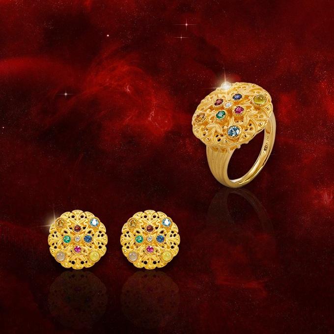 Một chiếc nhẫn, hoa tai mang biểu tượng ngôi sao mang đến vận may, vạn sự hanh thông. Trong khi đó món trang sức mang biểu tượng đồng xu vàng lại tượng trưng cho tài lộc; nữ trang điểm xuyến 9 loại đá quý bồi đắp sự hưng thịnh vĩnh cửu.