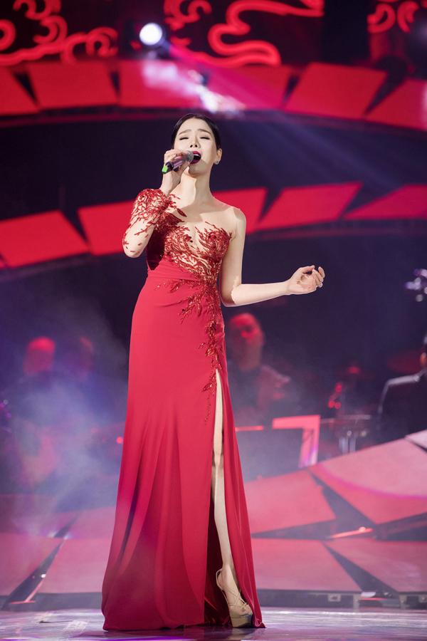 Nữ ca sĩ chuẩn bị kỹ lưỡng từ trang phục, sân khấu, âm thanh, ánh sáng và các ca khúc biểu diễn trong chương trình. Nhà thiết kế Hoàng Hải dành sẵncho Lệ Quyên những bộ váy xuyên thấu sexy.