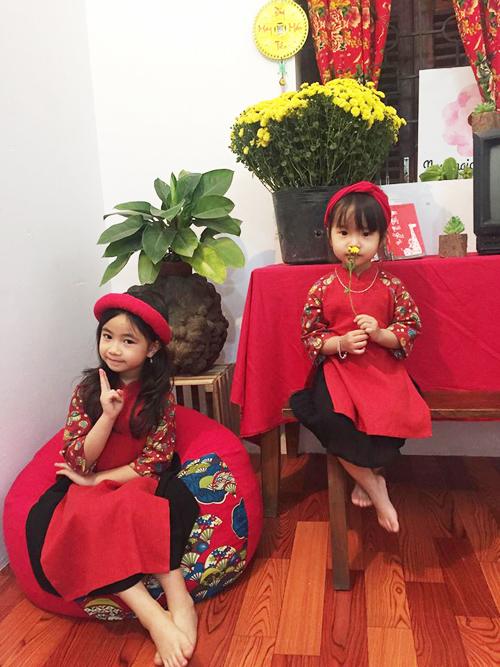 Là mẹ của hai công chúa, chị Thảo, 33 tuổi, thích tự may áo dài cho con gái đón Tết. Bà mẹ Bắc Giang sẵn có nghề may nên chỉ mất chưa tới một giờ để hoàn thành chiếc áo dài cách tân cho các bé. Chi phí mua vải, khóa kéo, phụ kiện... khoảng 100 nghìn đồng.