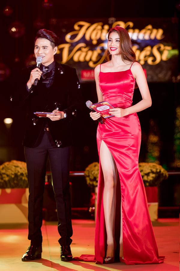 Hoa hậu còn gây chú ý bởi khả năng ăn nói khi dẫn chương trình cùng MC chuyên nghiệp Vũ Mạnh Cường.