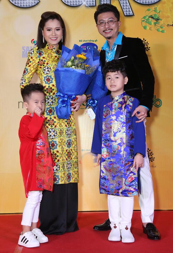 Vợ chồng Lâm Vĩ Dạ - Hứa Minh Đạt đưa hai con trai đi sự kiện.