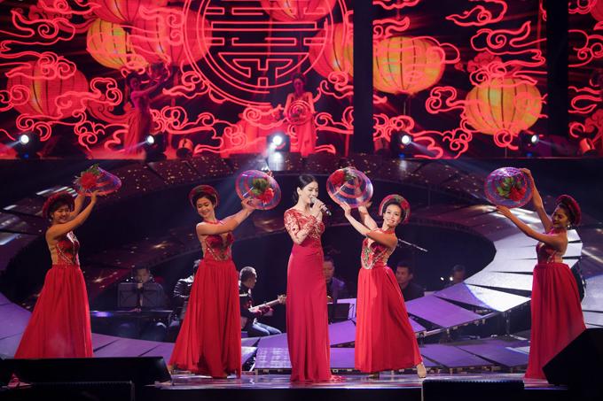 Nhóm múa giúp tiết mục của nữ ca sĩthêm sinh động, hấp dẫn.
