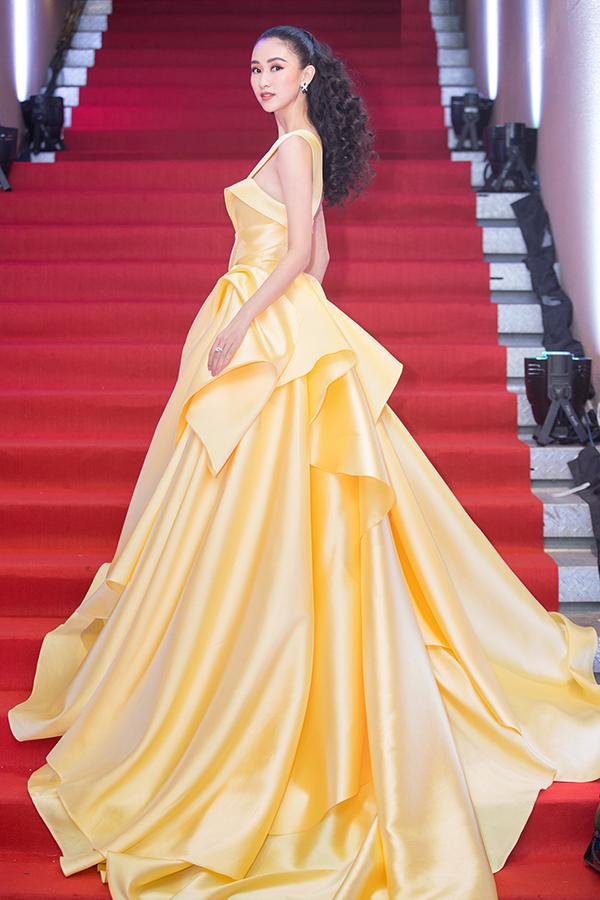 Á hậu Đại dương 2014 Hà Thu lộng lẫy không kém trong thiết kế của Lê Thanh Hoà. Bộ đầm giúp Hà Thu đoạt giải Nghệ sĩ có trang phục ấn tượng nhất trong đêm tiệc.