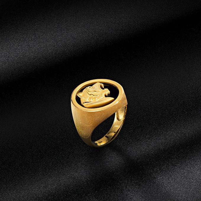 Trang sức cho phái mạnh được chạm trổ kỳ công, hội tụ sự may mắn thịnh vượng. những chiếc nhẫn được chạm khắc lân, hổ& mang hình khối vững chãi cũng là sự lựa chọn thích hợp cho phái mạnh, nhằm hiện thực hóa mong muốn và luôn được thụ hưởng tài lộc sung túc.