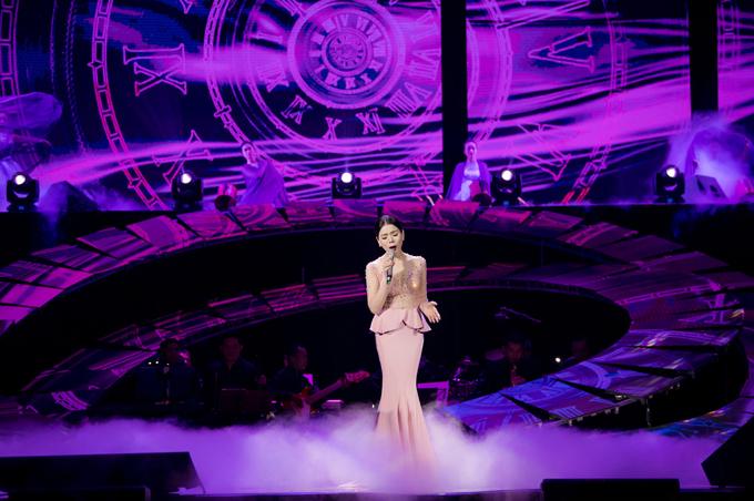 Dàn nhạc hỗ trợ nâng giọng hát của nữ ca sĩ bay bổng, thăng hoa trên sân khấu. Bộ váy thứ hai Lệ Quyên mặc là kiểu đuôi cá. Thân trênmay bằng loại vải voan mỏng tang, đính hạt cầu kỳ tôn đường cong của Lệ Quyên.