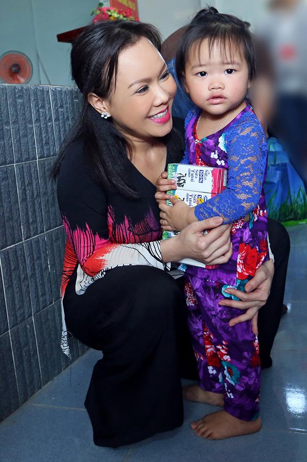 Nữ danh hài cưng nựng một em nhỏ. Việt Hương chiếm trọn cảm tình của khán giả miền Tây nhờ tính cách thân thiện, giản dị.
