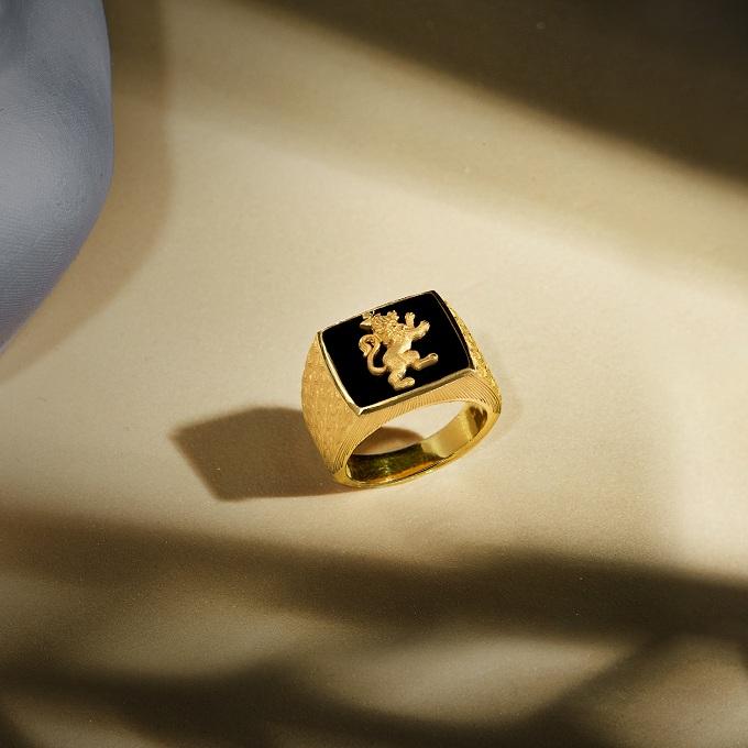 Những chiếc nhẫn chạm khắc lân, hổ& mang hình khối vững chãi cũng là sự lựa chọn thích hợp cho phái mạnh.