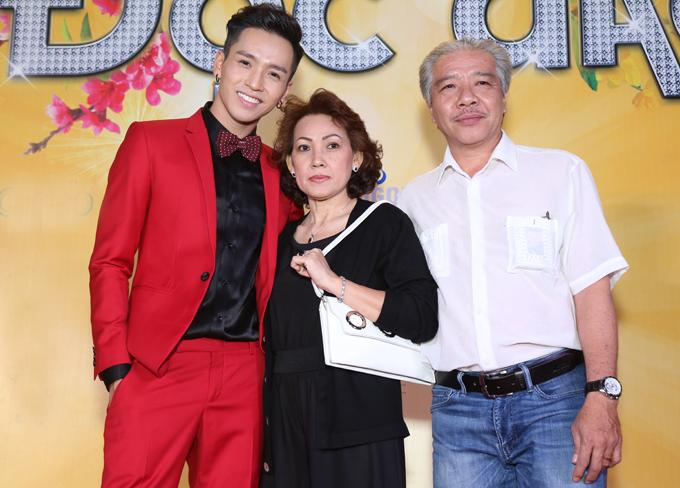 Bố mẹ quán quân Gương mặt thân quen đến ủng hộ vai diễn mới của con trai.