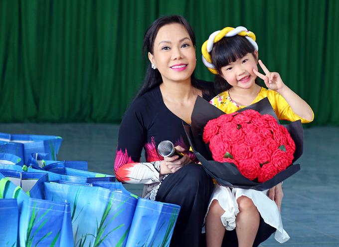 Giọng ca nhí 5 tuổi Mai Vy từng thi Tiếu lâm tứ trụ nhí cũng có mặt trong chuyến đi.