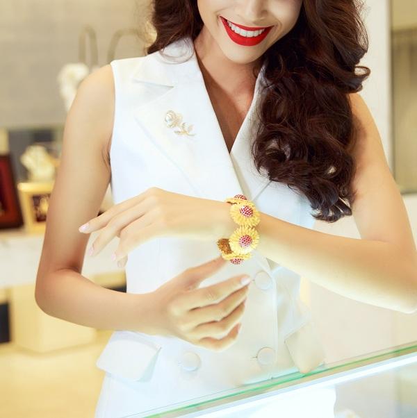 Trang sức vàng sẽ lộng lẫy và nổi bật hơn nếu được kết hợp với trang phục phù hợp. Phái đẹp nên lựa chọn bộ cánh tối giản họa tiết để làm nổi bật món trang sức vàng. Một sợi dây chuyền, đôi hoa tai, chiếc nhẫn hay lắc tay& bằng vàng 24k tôn lên khí chất, sắc thái riêng biệt của chủ nhân.