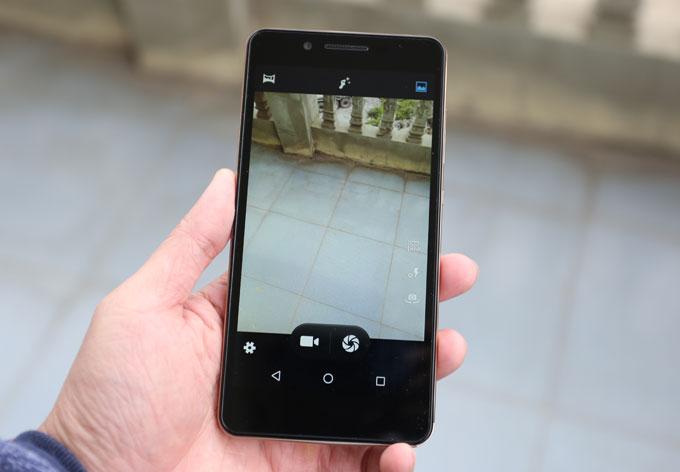 S327 được trang bị camera độ phân giải lần lượt 8 và 5 megapixel. Chất lượng chụp ảnh chỉ ở mức trung bình thấp.