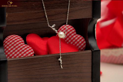 Các kiểu dây chuyền ngọc trai dáng dài duyên dáng, nền nã là món quà sẽ khiến các nàng mỉm cười vui sướng.