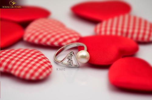 Chiếc nhẫn định tình, món quà kinh điển dành cho ngày lễ tình nhân.