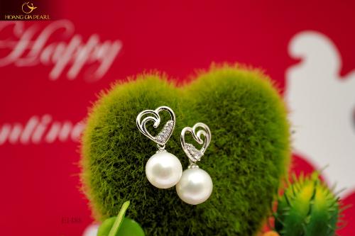 Mỗi thiết kế thể hiện sự tinh tế, duyên dáng để tôn vinh vẻ đẹp và khí chất của phụ nữ.