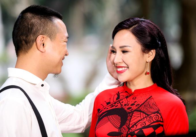 Khánh Ly có nhiều cảnh tình tứ với Minh Vương trong MV mới.